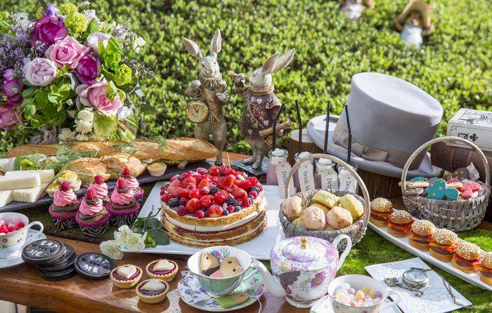 「不思議の国のアリス」の中でも、印象的な「狂ったお茶会」のシーン。いかれ帽子屋、三月ウサギ、眠りネズミが開催す…