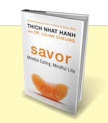 Mindful eten, voor jezelf en voor de planeet. Mooie benadering door Boeddhistisch leraar Thich Nhat Hanh. Ook in het Nederlands onder de naam Proef verschenen. Meer boekentips: http://www.mindful-eten.nl/inspiratie-voor-mindful-eten/