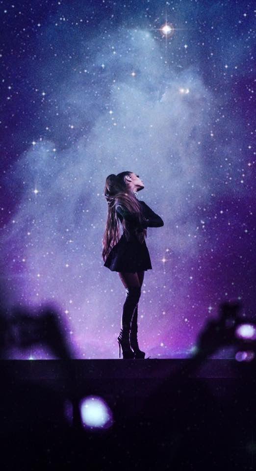 Arianna Grande mirando el cielo estrellado