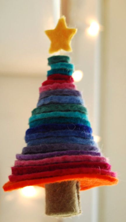 felt circle tree: kids can help make this tree by cutting various sizes of felt circles - parents can stack them on a string.