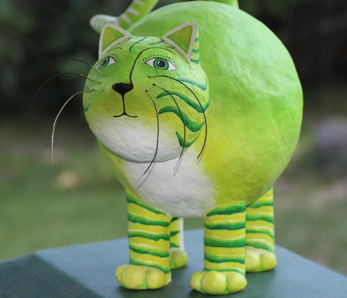 Katrin: or simply have them do a small sculpture of their favorite animal. two balloons and four legs is the starting point. it gets mounted on a nice wooden base, like a real sculpture.