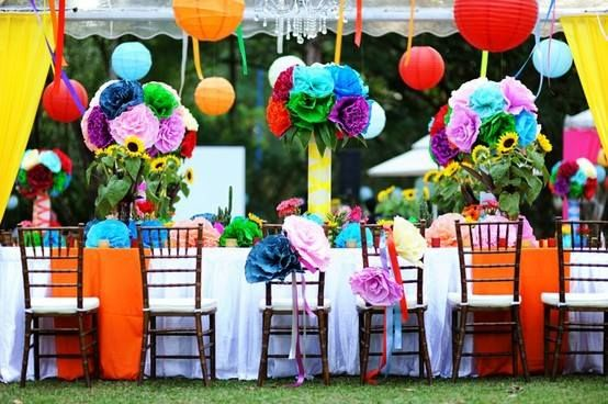 What a colorful wedding table!