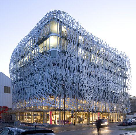 Immeuble Manny : le Groupe Coupechoux rejoint l'Île de Nantes. L'architecture de son nouveau siège social exprime la créativité et l'éco-responsabilité, 2 défis du monde actuel. L'immeuble est donc innovant en matière de développement durable via une synthèse performante des différentes cibles de la Haute Qualité Environnementale. L'immeuble se drape dans le voile léger d'une résille aussi ébouriffée que perforée, filtre solaire et gage de confidentialité pour les équipes au travail.