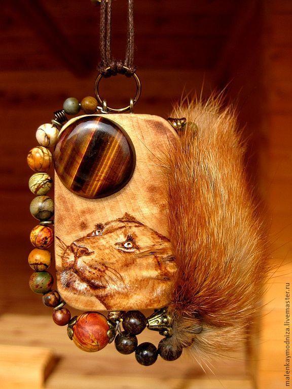 Купить или заказать Кулон 'Тигровая луна' в интернет-магазине на Ярмарке Мастеров. В львиных, тигриных мечтах и легендах луна выглядит именно так :). Кулон из березового капа вручную отполирован и покрыт воском. Изображение создано техникой выжигания. Кулон украшен кабошоном из тигрового глаза, яшмой Пикассо, бронзитом и лисим мехом. При повороте кулон, как и кабошон тигрового глаза имеет 'перламутровые' переливы (см. фото).