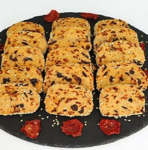 Farklı lezzetler arayan bu tarifi deneyebilir Kuru domates, peynir ve zeytin kurabiyeme o kadar nefis bir aroma verdi ki çayın yanında nefis oldu tavsiye e..