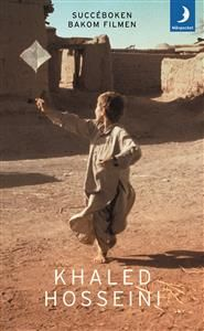Amir och Hassan växer upp som bästa vänner under en omvälvande tid i Kabul. Trots att de uppfostras sida vid sida lever de i två helt skilda världar. Amir är son till en framstående välbärgad man, medan Hassan, som är son till Amirs fars tjänare, tillhör det fattiga och lågt stående hazarfolket. Hassan gör allt för Amir, han försvarar honom i alla lägen, men när Amir en dag får chansen att återgälda Hassans totala lojalitet sviker han.      Flyga drake är en gripande roman om vänskap, svek…