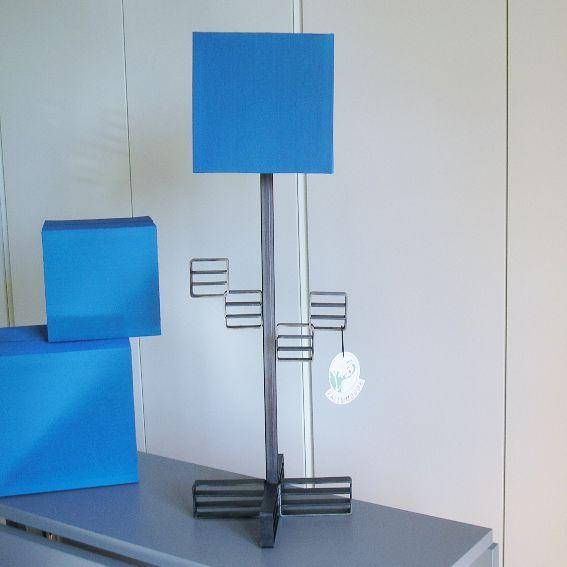 Modulo M.1 è una #lampada da #tavolo alta 75 cm, in #ferro brunito a cera, formata da 4 moduli ad incastro ripetuti sul suo asse mantenuto da una base modulare formata da due #moduli moltiplicati ad incastro formanti una croce, paralume cubico su disegno in #stoffa di rasatello acrilico in color blu marino. Disponibile in 20 giorni. - Palemmodde - #Homedesign - #Illuminazioni - #metallo - Reputeka