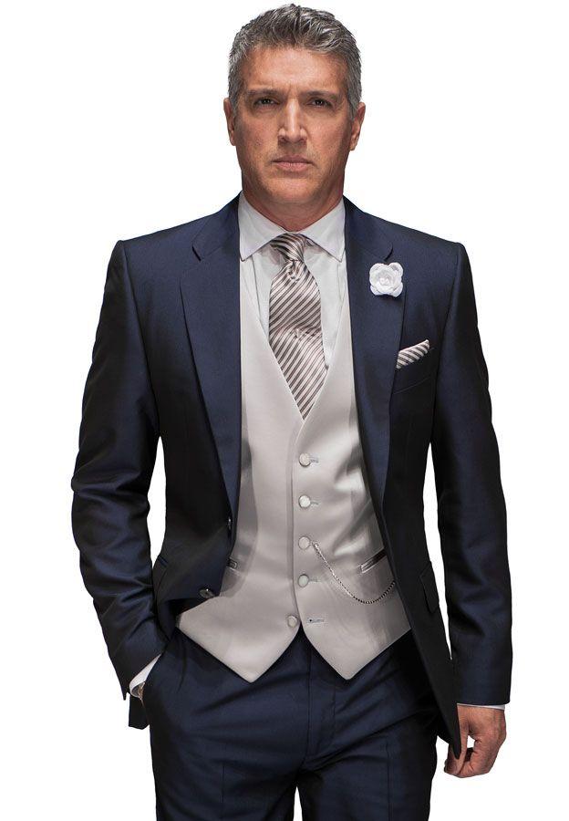 schlichter blauer Business-Anzug mit Weste und passender Kravatte