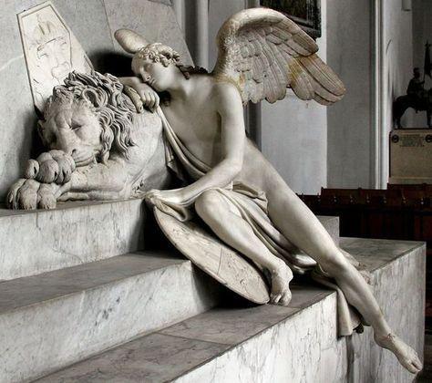 Particolare del monumento funebre di Maria Cristina d'Austria: angelo che dorme appoggiato al leone, Antonio Canova.