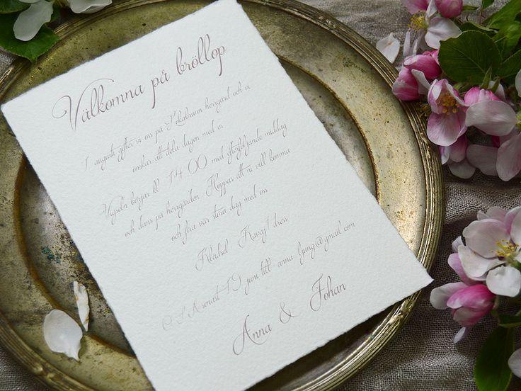 Särö är tryckt på ett papper som är handgjort i Sverige. pappret till bröllopskortet har len bomullsyta med riven kant som kännetecknas av ett handgjort papper.