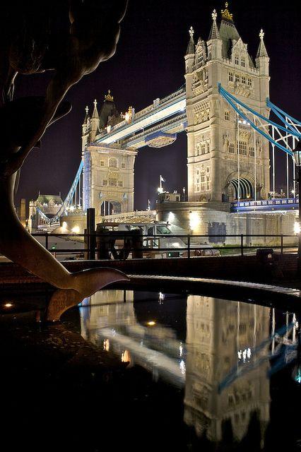 El Puente de la Torre, en inglés Tower Bridge, es un puente levadizo situado en Londres que cruza el río Támesis. Se sitúa cerca de la Torre de Londres, la que le da su nombre.  Tiene una longitud de 244m y fue construida en 1894 por el arquitecto Horace Jones.