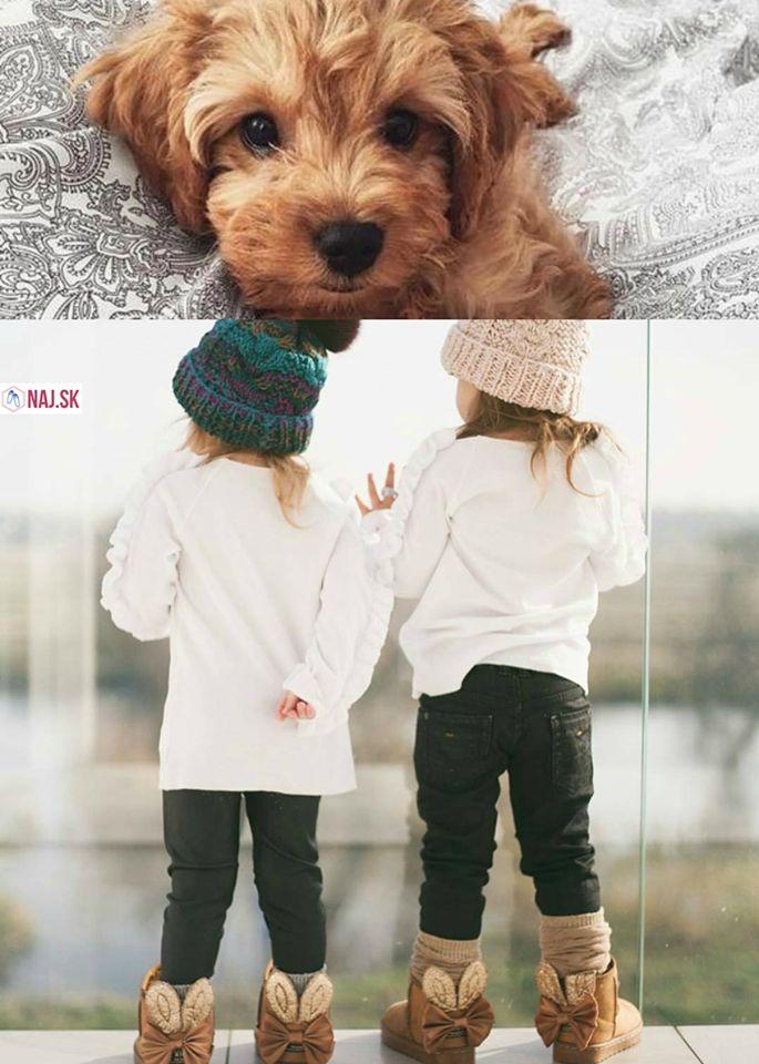 pes, šteniatko, šteňa, psík, hnedý pes, puppy, deti, dievčatká, čiapky, čiapka, zelená čiapka, ružová čiapka, biele tričko, čiapky s bambulami, snehule, hnedé snehule, detské snehule, snehule s ušami, zajačie snehule, snehule pre deti