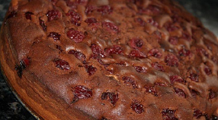 A tészta hozzávalóit csak összekavarjuk, betesszük sülni és már kész is ez a bámulatos sütike!  Hozzávalók:  40 dkg liszt 1 tasak sütőpor 2 evőkanál cukrozatlan…