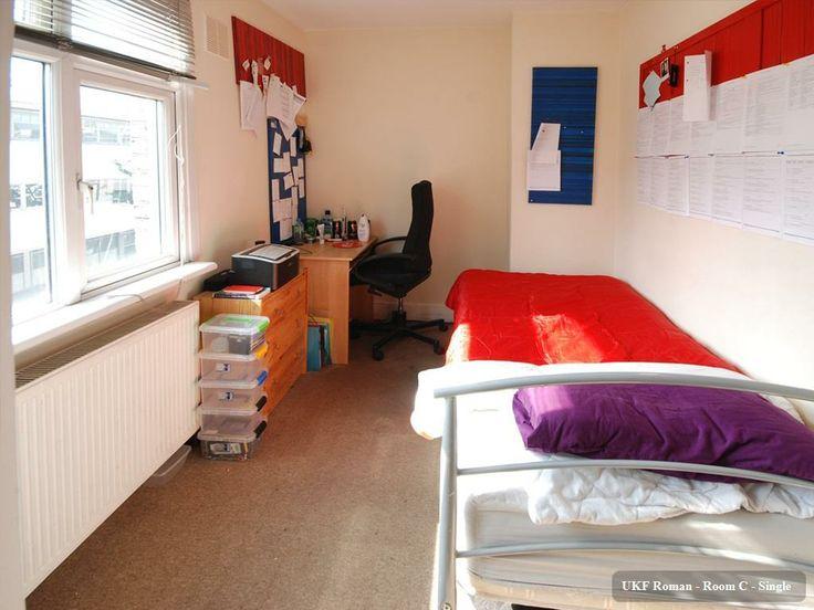 Camera singola con scrivania e grande finestra