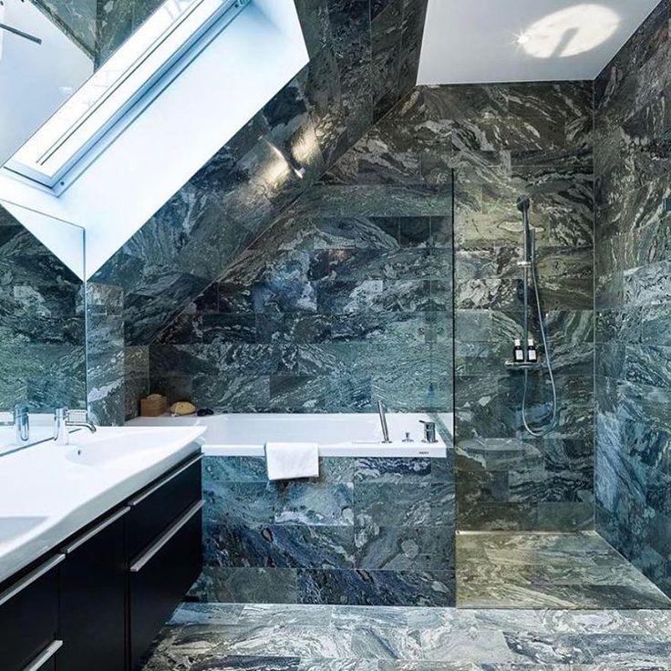 #Badezimmer mit #Dachschräge Badewanne und Dusche Boden- und Wandfliesen in Marmoroptik