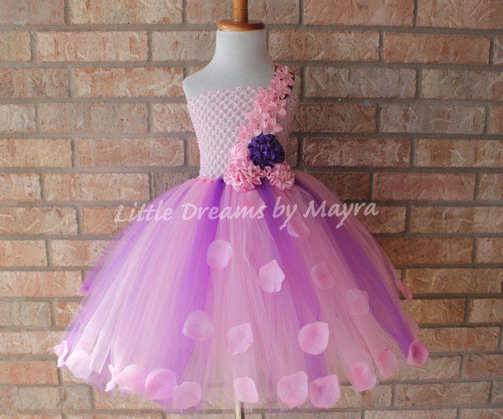 Welkom bij kleine dromen door Mayra  Deze jurk is absoluut een droom, uw meisje ziet er als een prinses! Deze jurk kunnen aangepaste besteld overeenkomen met uw bruiloft kleurenthema, Perfect voor bloem meisjes, fotos, theekransjes, verjaardagsfeestjes, vakanties, enz. Kleur kan worden gewijzigd volgens uw vereisten, lengte van de jurk is van oksel tot tenen, kunt u volg mijn grafiek of verlenen mij de maatregel of uw meisje  Jurk heeft prachtige satijn bloemen bovenop en bloemblaadjes in…