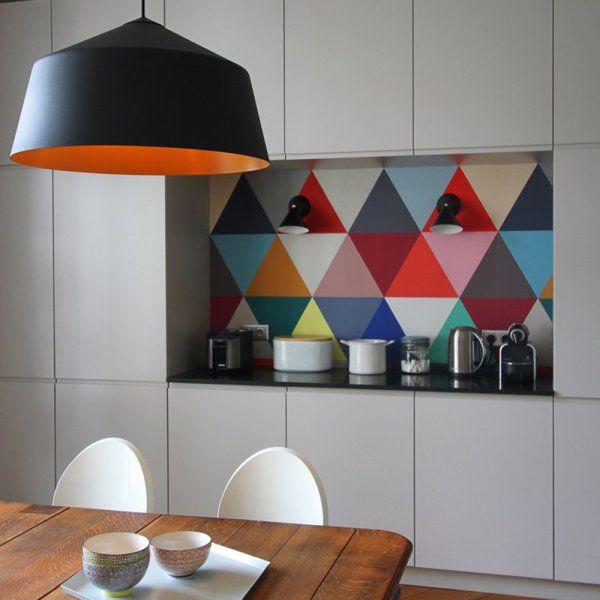 Papier peint arlequin pour une alcôve dans une cuisine // Multicoloured wallpaper in the kitchen