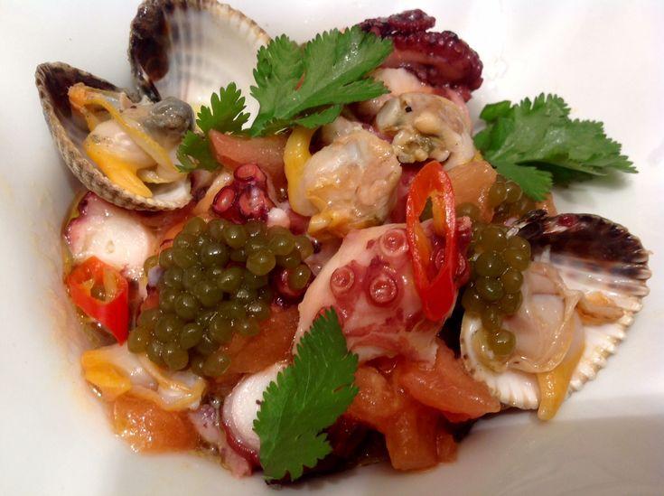 Ensalada de pupo y berberechos con vinagreta de tomate, lima y perlas de alga wakame