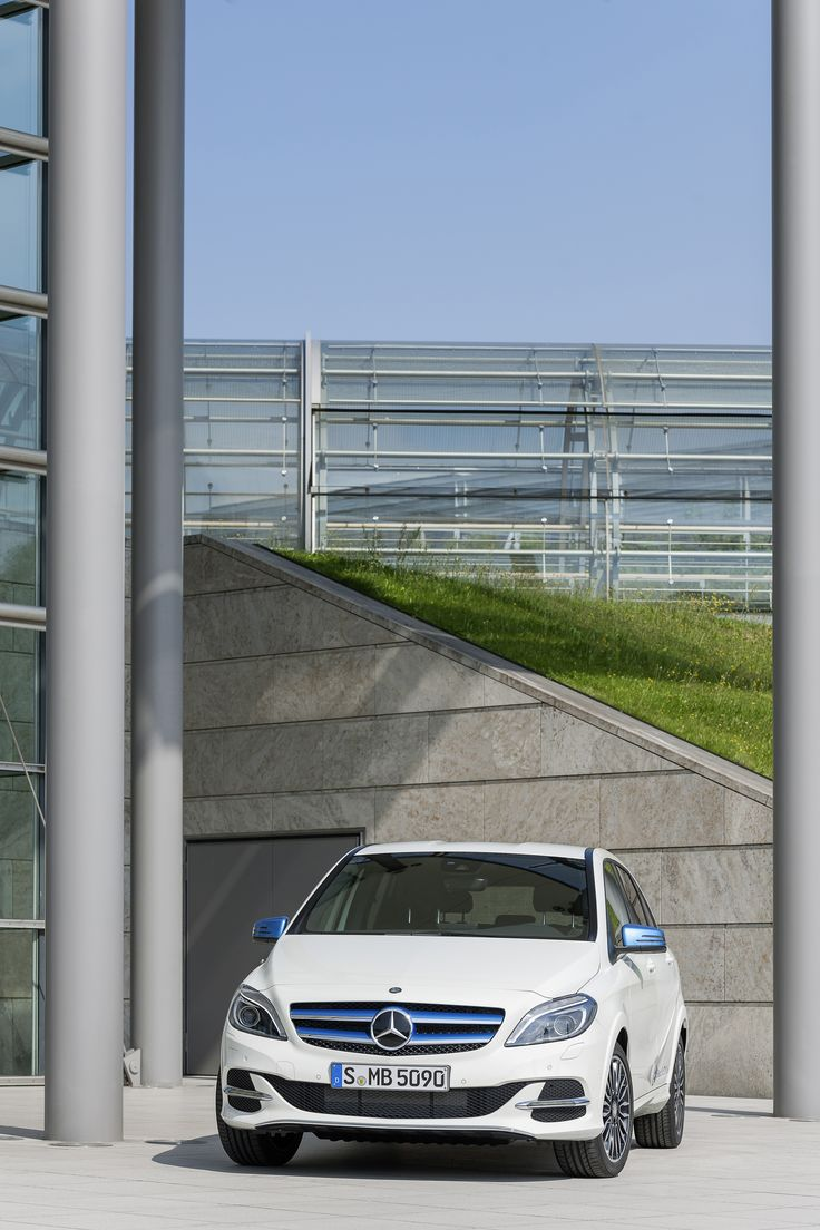 The Mercedes-Benz B 250 e has a dynamic design, a high-quality interior and a high-torque electric motor for locally zero-emission driving. [Mercedes-Benz B 250 e | combined CO2 emission 3 g/km | combined energy consumption 3 kWh/100km | http://mb4.me/efficiency_statement]