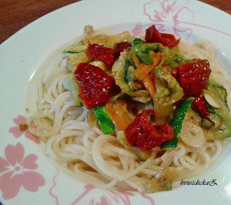 Špagety so zeleninou a sušenými paradajkami