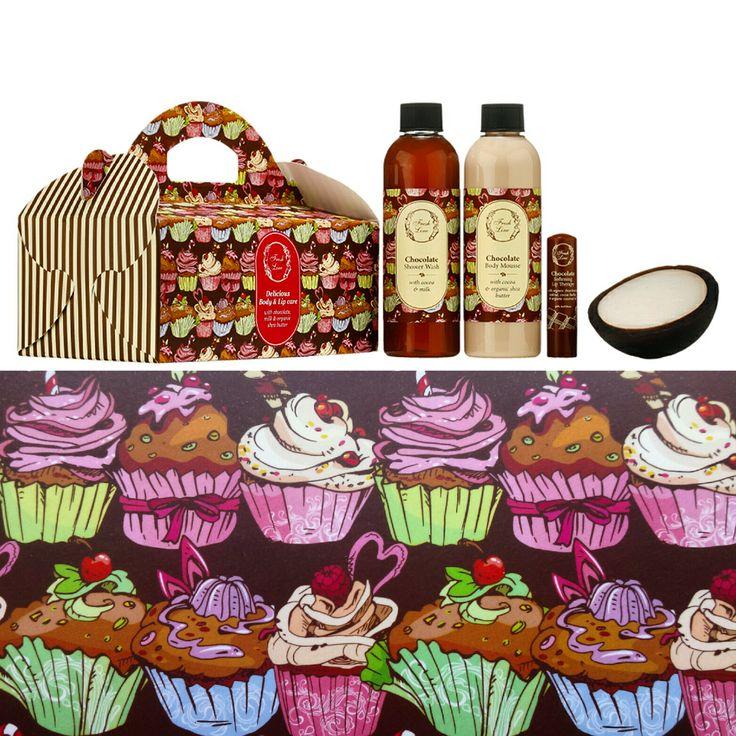Χριστούγεννα χωρίς σοκολατένιες λιχουδιές δε γίνονται!  Η γλυκιά και ζεστή αίσθηση της σοκολάτας συνδυάζεται με τη δροσερή εξωτική καρύδα μέσα σε ένα πολύχρωμο, εορταστικό περιτύλιγμα που θα κακομάθει εσάς και τους αγαπημένους σας! Μέσα στο κουτί θα βρείτε τη ΝΕΑ Θεραπεία Χειλιών Σοκολάτα και το ΝΕΟ χειροποίητο σαπούνι Γαλάτεια σε σχήμα καρύδας!  Προνομιακή Λιανική Τιμή: €18,90 από €31,82 #choco #coco #galatea #xmas2015 #happyxmasshopping #welovexmas