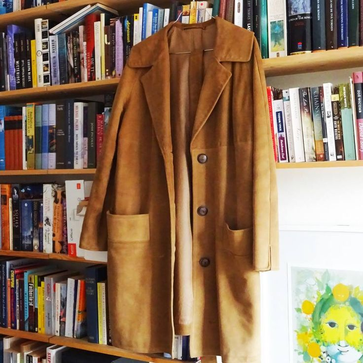 When I was a small child, I used to sense the smell of leather while sorting the buttons sitting on the work table at my grandfather's leather company, Edwerns. This classic suede coat is one of their 1960s models and I'm lucky to be able to use it today.