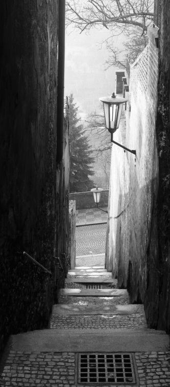 Schodiště milenců (4205) • Praha, prosinec 1965 • | černobílá fotografie, liduprázdné schodiště spojující Úvoz a Loretánskou ulici |•|black and white photograph, Prague|