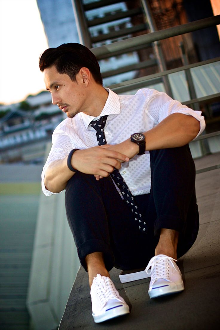 Patterned white button down + black jeans + white sneakers