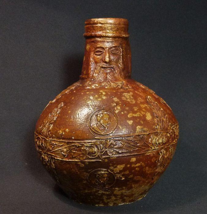Online veilinghuis Catawiki: Middeleeuwse steengoed baardmankruik met decoraties - H 154 mm