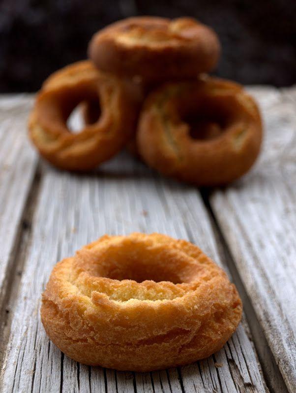 Aún recuerdo siendo una niña como echaba a correr escaleras arriba al llegar del colegio y oler el aroma de estas rosquillas que desde siem...