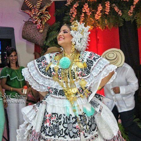 """@Regrann from @joeljosuefotografia -  Mi pollera!... Tú sabes, yo la hice con delgados olanes, donde el encaje a punto de """"mundillo"""" una abuela tejió con manos hábiles; y luego a los arrullos de la tarde, con la aguja enhebrada en tonos suaves, marcamos en la blusa y en la enagua, las hojas y la flor de los maizales. #folklore #panameño #mipollera #folk507 -  #Panamá #ig_Panama_ #vscopty #panamatravel #visitpanama #vscopanama #girl #AmazingPanama #likes #JustGoShoot #sdv #vscopty  #natural…"""
