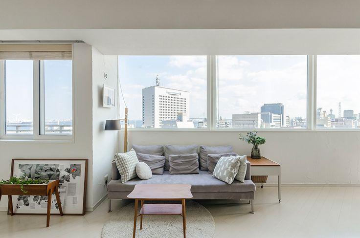 余白があって落ち着けるリビング。床はややグレーがかった白のフローリングをセレクト。Bo Conceptのソファーに、北欧ヴィンテージのテーブルを。