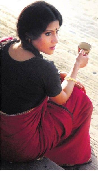 "Konkana Sen in a simple handloom cotton saree with thin border for the movie ""Iti Mrinalini"""