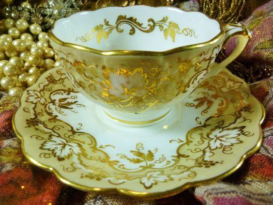 Šálek na čaj * bílý porcelán s krásně malovaným zlatým listovým vzorem, r. 1820.* Spojené království ♥♥♥