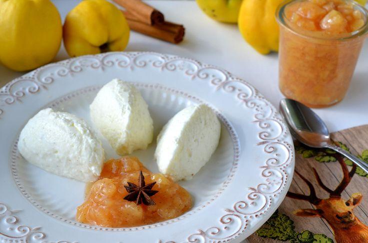 Buttermilch-Vanille-Mousse mit Quitten-Gewürz-Kompott