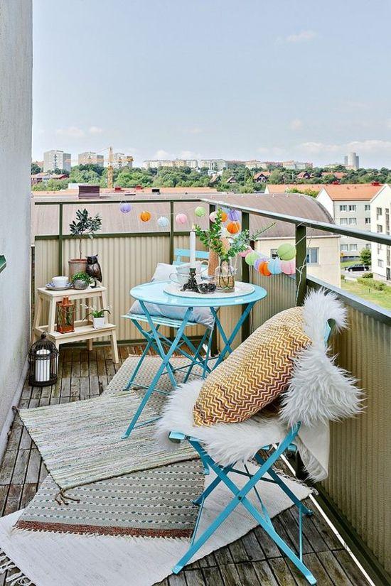 kleinen Balkon gestalten Tisch Stühle aus Metall Teppiche Kissen - Kunstpelz