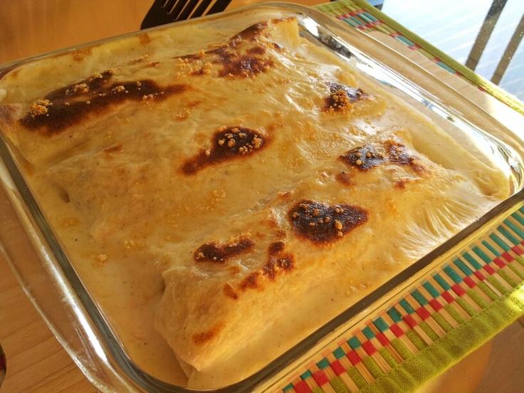 Cannelloni de tacos: Tortillas de harina, pollo, cebollín, ajo, choclo. Salsa blanca en base a crema, con queso parmesano. Fácil y rico!