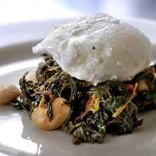 Kryddig spenat, stora vita bönor och pocherat ägg - Recept - Tasteline.com