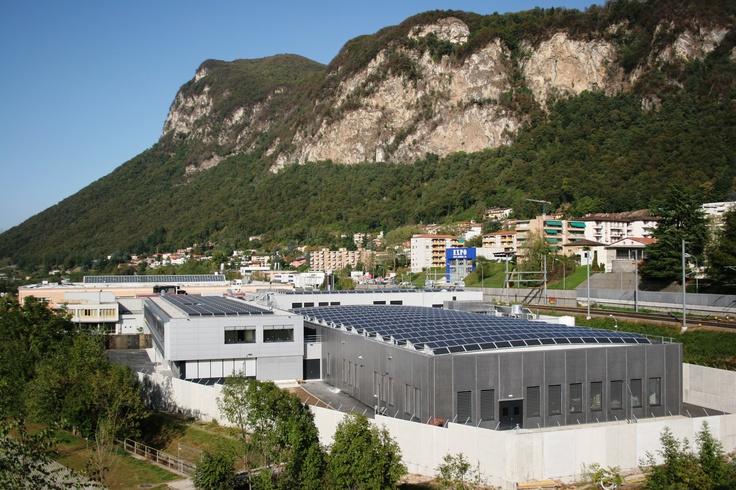 Grande impianto fotovoltaico immerso nelle colline della verde Svizzera.
