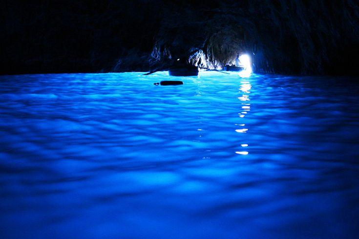 青く輝く神秘の世界「青の洞窟(カプリ島)」‐イタリアの絶景・名所‐