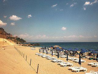 Letojanni (ME) - Uno stabilimento del taorminese in uno dei tratti di costa dove il mare è più bello, a metà strada tra Capo Sant'Alessio e Letojanni | da Lorenzo Sturiale