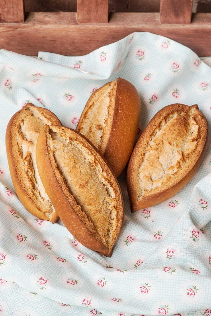 Bollos sevillanos, panes típicos de Sevilla de miga prieta y corteza lisa, del tipo sobado o bregado. Receta paso a paso con fotos.