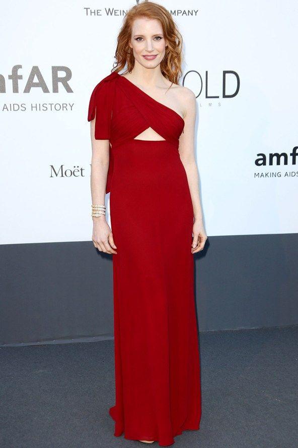 Gala amfAR: Jessica Chastain en un vestido rojo asimetrico de Saint Laurent