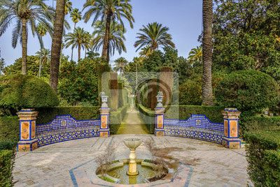 Ogród w alcazar w sewilli, hiszpania na obrazach myloview. Najlepszej jakości fototapety, naklejki, obrazy, plakaty. Chcesz ozdobić swój dom? Tylko z myloview!