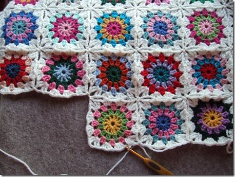 These things take forever, but I'm going to use all of my scrap yarn from projects to make a granny square blanket.: Crochet Blankets, Projects, Circles, Granny Squares Blankets, Crochet Afghans, Blankets Patterns, Flowers, Crochet Patterns, Granny Squares Tutorials