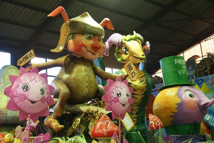 • Le carnaval d'Albi 2017 : elfes, gnomes... défileront sur les chars en carton pâte d'un des plus vieux carnaval de France.