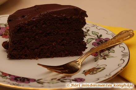 Csupa csoki torta - cukor, liszt és tejtermékek nélkül - Hozzávalók: 12 dkg dió 5 tojás 40g nyírfacukor 2 ek. kakaópor  3 dl házi mandulatej vagy bolti szójatej 200g 81% kakaótartalmú étcsokoládé 75g cukornak megfelelő sztevia szirup (kb. 40 csepp) vagy folyékony édesítőszer 1 kk. házi vaníliakivonat 20g keményítő 1 kk. zselatin