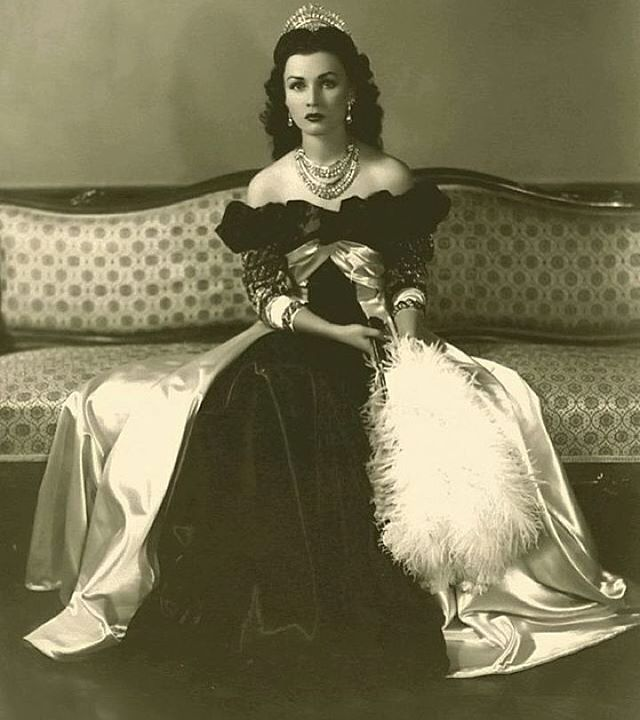 Fawzia Fuad of Egypt (1921-2013), Egyptian princess and Queen of Iran from 1941-1948 as the wife of Mohammad Reza Pahlavi.  She was gorgeous! Vivien Leigh is that you?