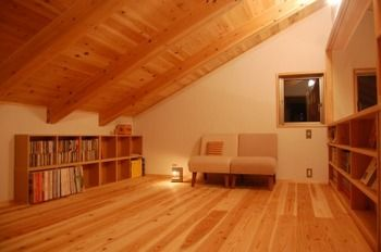 大きな木の梁や全体的にトーンを落とした照明など、一息つくにはぴったりの書斎。中央の椅子に腰かけて、みんなが寝静まったあと、自分だけの時間を楽しんで。