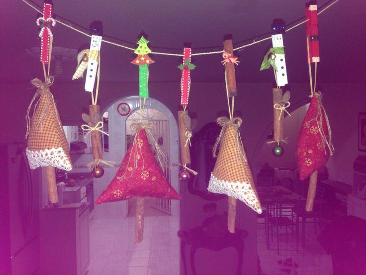 Arbolitos con canela y ganchos de ropa adornados
